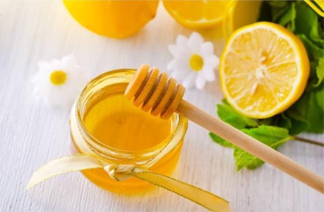 trị thâm mụn bằng mật ong và nước cốt chanh