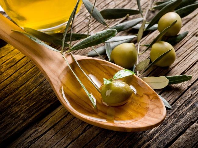 trị mụn với dầu oliu
