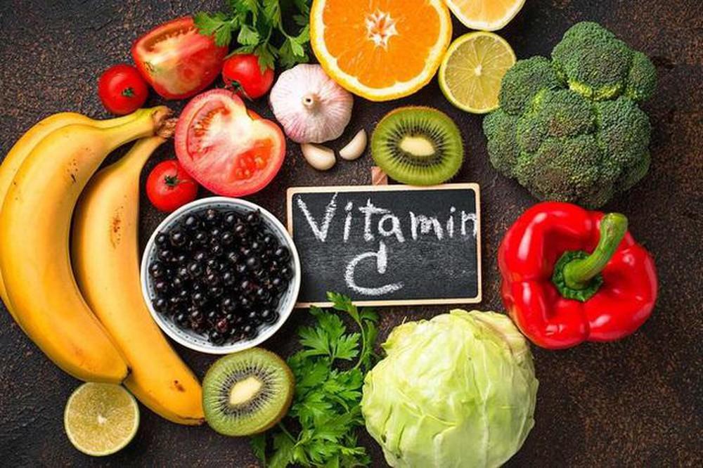vitamin c trong serum trị mụn trắng da
