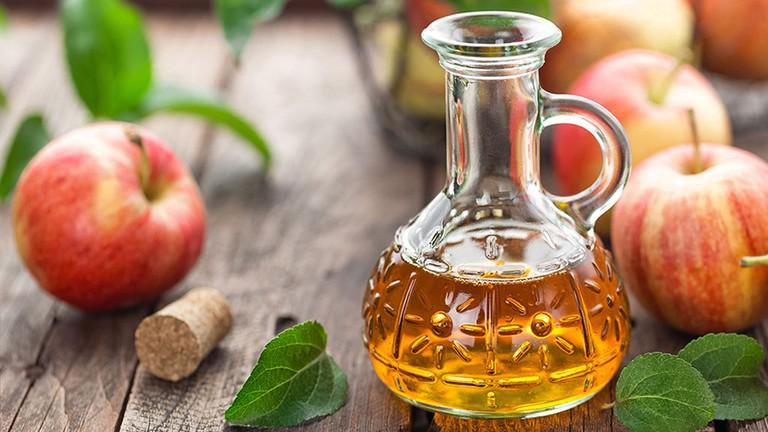 cách trị mụn lưng tại nhà với giấm táo