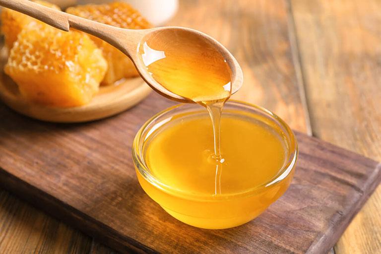 Cách trị mụn dưới cằm với mật ong