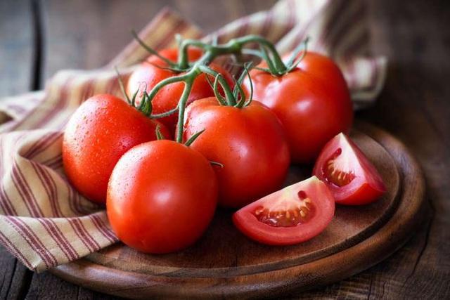 cách trị mụn lưng hiệu quả tại nhà bằng cà chua